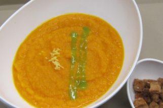 Velluta di carote speziate con crostini di pane integrale