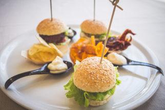 Mini panini con hamburger di miglio e maionese alla barbabietola